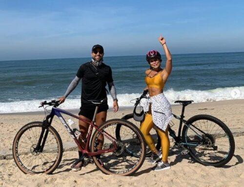 Capitão do Flamengo, Diego passeia de bicicleta em praia do Rio de Janeiro